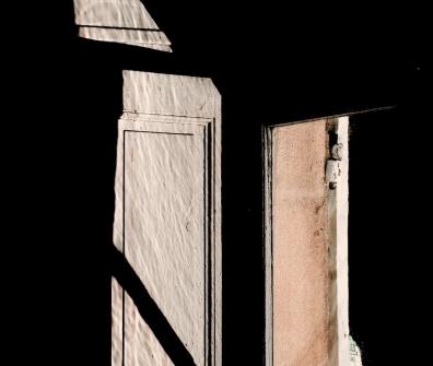 au visiteur perplexe,henri michaux,poteaux d'angle,jour,nuit,art,corps,draps,artistes,mémoire,exposition,la demeure,demeurer,présences,absence,peinture,mystères,ombre,lumière,volet,été,suppositions,fiction,état des lieux,vies,oeuvrer,imaginaire,ce qui reste,destins,perceptions,chambre,clivages,mourir,boire,regarder,peindre,broder,parfums,poussière,images,intérieurs,manoir