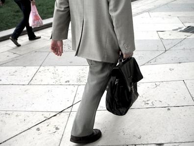 l'enfance du poète,enfances,marcher,l'homme qui marche,yves bonnefoy,julien gracq,promenade,anne mortal,modèles,vieux campeur,école buissonnière,éloge de la marche,décalage,rêverie,rue des écoles,septembre,pérégrinations,mémoire,avant,après,rue,rentrée,bagages,aventures,errances humanités,poème,ville