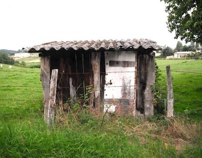on rentre à la maison,architecture,la maison,les maisons,balade,bricolages,été,blog des champs,étrangeté,rêverie,pârurages,de bric et de broc,nonchalance,détachement,chronique boscomarienne,tout venant,art contemporain rural